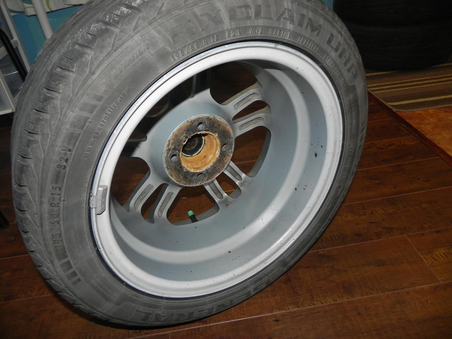 4 mag avec pneu 15 po 4x100 en super condition à voir!!!!